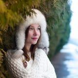 Trinkender Tee des jungen schönen Mädchens in einem kühlen Winterpark Stockfoto