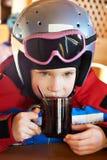 Trinkender Tee des Kind-Skifahrers Lizenzfreies Stockfoto