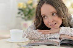 Trinkender Tee des kleinen Mädchens Stockfotos