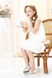 Trinkender Tee des Mädchens Lizenzfreie Stockfotografie