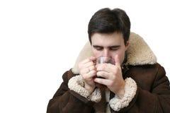 Trinkender Tee des Mannes Stockfoto