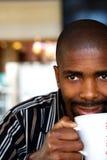 Trinkender Tee des Mannes Lizenzfreie Stockbilder