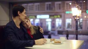 Trinkender Tee des Mannes und der Frau im Café stock video