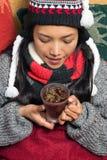 Trinkender Tee des Mädchens Lizenzfreie Stockfotos