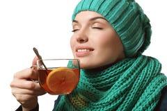Trinkender Tee des schönen Mädchens mit Zitrone Stockfoto