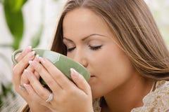 Trinkender Tee des schönen Mädchens Lizenzfreies Stockbild