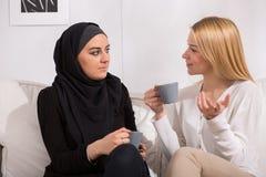 Trinkender Tee mit Moslems lizenzfreie stockbilder
