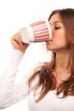 Trinkender Teekaffee der Brunettefrau vom Becher Stockfoto