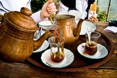Trinkender traditioneller türkischer Tee mit Freunden stockfoto