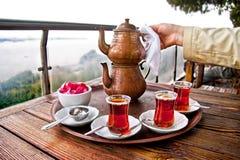 Trinkender traditioneller türkischer Tee mit Freunden stockfotografie