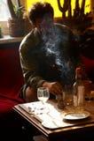 Trinkender und rauchender Mann Lizenzfreie Stockfotos