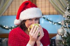 Trinkender warmer Tee auf Weihnachten Stockfotos