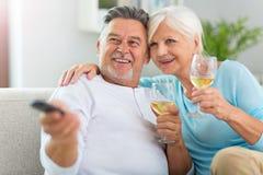 Trinkender Wein der älteren Paare Stockbilder