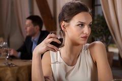 Trinkender Wein der allein stehenden Frau Lizenzfreies Stockbild