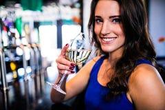 Trinkender Wein der attraktiven Frau Stockbild