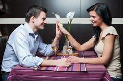 Trinkender Wein der attraktiven Paare Stockfotografie