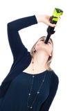 Trinkender Wein der betrunkenen Frau Stockbild