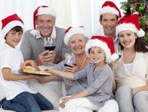 Trinkender Wein der Familie und essen Bonbons Stockbild