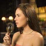 Trinkender Wein der Frau. Stockfotos