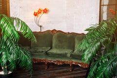 Trinkender Wein der Frau Schöne junge Blondine im langen goldenen Abendkleid mit Glas Rotwein im Luxusdachboden Stockbild