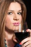 Trinkender Wein der jungen Frau Lizenzfreie Stockfotos