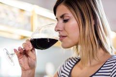 Trinkender Wein der jungen Frau am Restaurant Stockfotografie