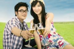 Trinkender Wein der jungen Paare lizenzfreie stockfotografie
