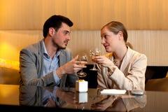 Trinkender Wein der Paardattel Lizenzfreie Stockfotos