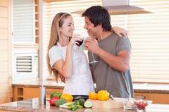 Trinkender Wein der reizenden Paare Stockbild