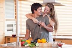Trinkender Wein der reizenden Paare beim Umarmen Stockbilder