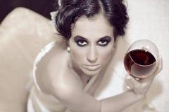 Trinkender Wein der schönen Frau Stockbilder