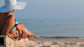 Trinkender Wein der Schönheit und Ein Sonnenbad nehmen Lizenzfreies Stockfoto