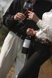 Trinkender Wein des Mannes und der Frau Stockfotos