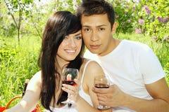 Trinkender Wein des Mannes und der Frau stockbild