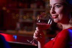 Trinkender Wein des Mädchens Lizenzfreie Stockfotos