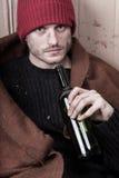 Trinkender Wein des obdachlosen Mannes lizenzfreies stockfoto