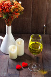 Trinkender Wein des reizenden glatten Tones am Valentinsgruß-Tag Lizenzfreies Stockfoto