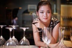 Trinkender Wein des reizvollen Mädchens stockfotografie