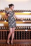 Trinkender Wein des reizvollen Mädchens Stockfotos