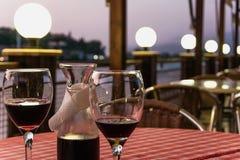 Trinkender Wein an einem Restaurant im Freien lizenzfreie stockbilder