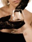 Trinkender Weinbrand des Mädchens Lizenzfreie Stockbilder