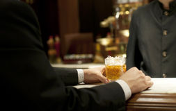 Trinkender Whisky an der Bar Lizenzfreie Stockfotografie