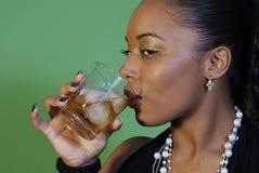Trinkender Whisky der reizvollen Frau Lizenzfreies Stockbild