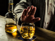 Trinkender Whisky nachts Lizenzfreie Stockbilder