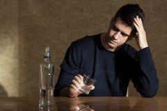 Trinkender Wodka allein Lizenzfreie Stockfotos