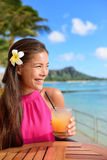 Trinkendes Alkoholgetränk der Cocktailfrau an der Strandbar Stockfoto