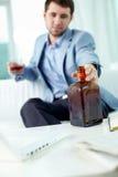 Trinkendes alkoholisches Getränk des Geschäftsmannes Lizenzfreies Stockbild