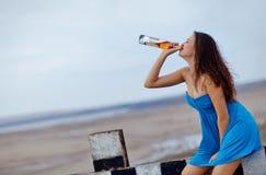 Trinkendes alkoholisches Getränk des Mädchens Stockfotos