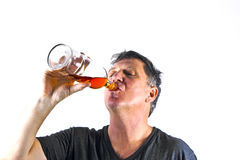 Trinkendes alkoholisches Getränk des Mannes stockbild