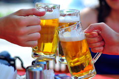 Trinkendes Bier Stockfoto
